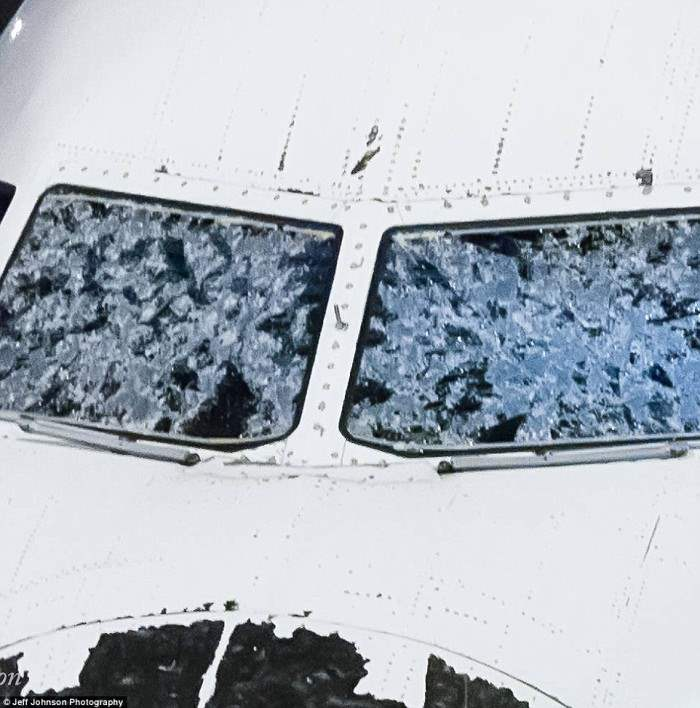 Пилоты приземлились с очень ограниченной видимостью после того, как град размером с мяч разгромил лобовое стекло (на фото)