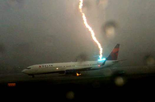 В хвост самолета ударила молния
