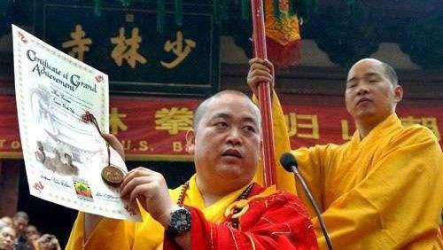 Шаолиньский монах предлагал людям сдать телефоны.