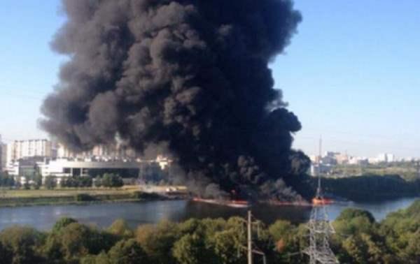 В Москве горит Москва-река.