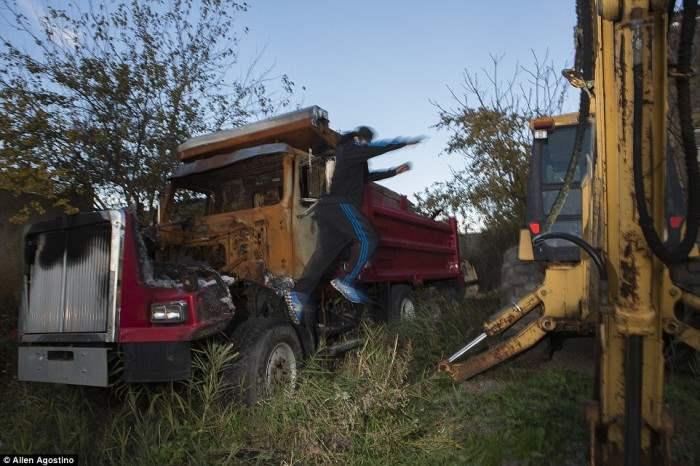Джош прыгает с сгоревшего грузовика, который спалили за долги.