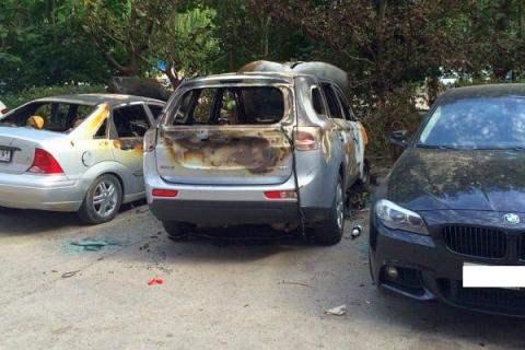 В Ростове феерверком спалили 3 автомобиля.