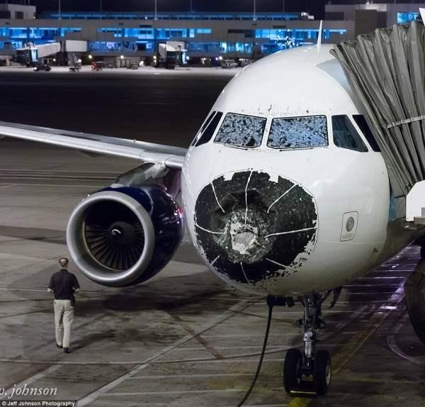 Град размером с бейсбольный мяч побил самолет в воздухе.