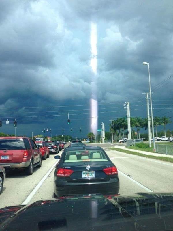 Во Флориде наблюдали странный столб света.