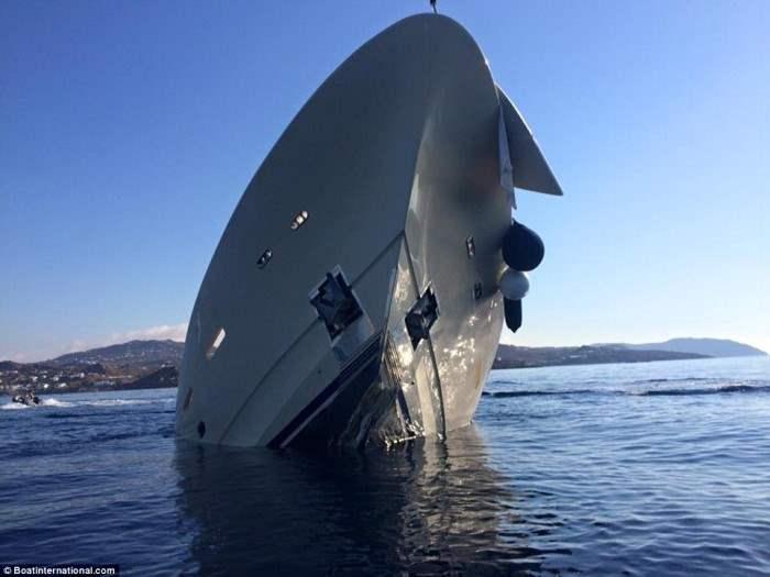 Яхта протаранила риф между туристическими курортами Плати Ялос и Псарроу