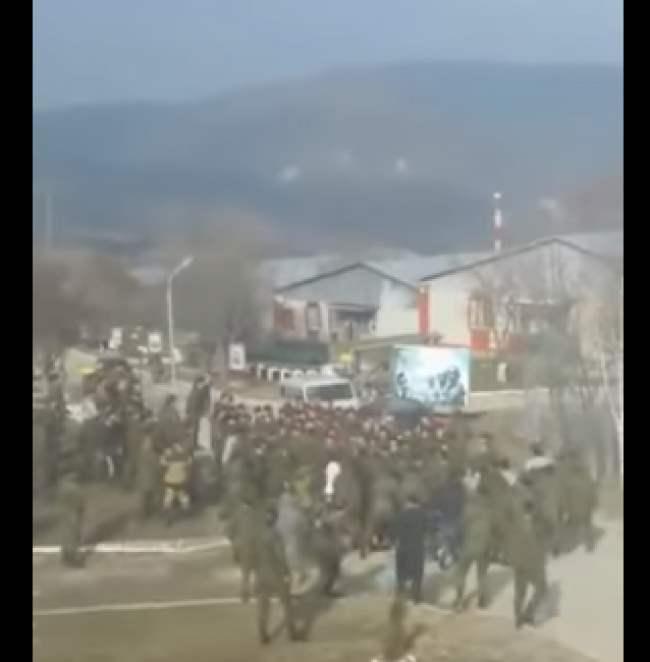 Чеченские военные против русских. Массовая драка (Видео).