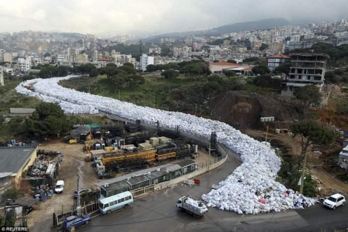 Фото мусора из Бейрута, который отправится в Россию