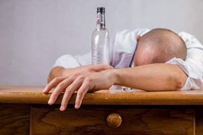 """На острове Ява погибают от """"паленного"""" алкоголя."""