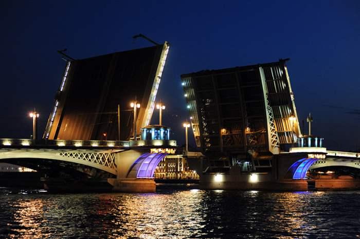 В Петербурге в ночь на вторник разведут мосты