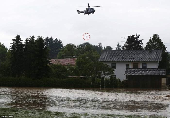 вертолет спасает