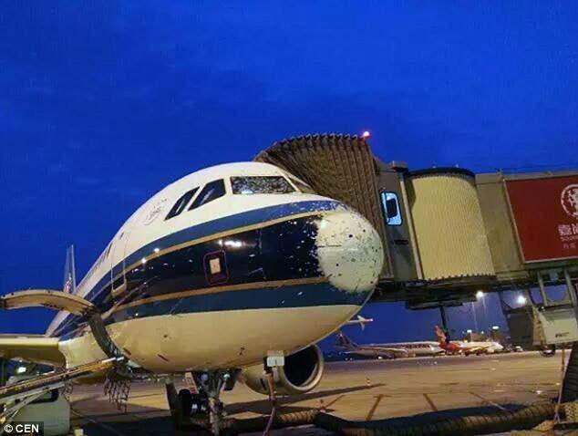 Град разбил стекла самолета. Пилоты садились в слепую.