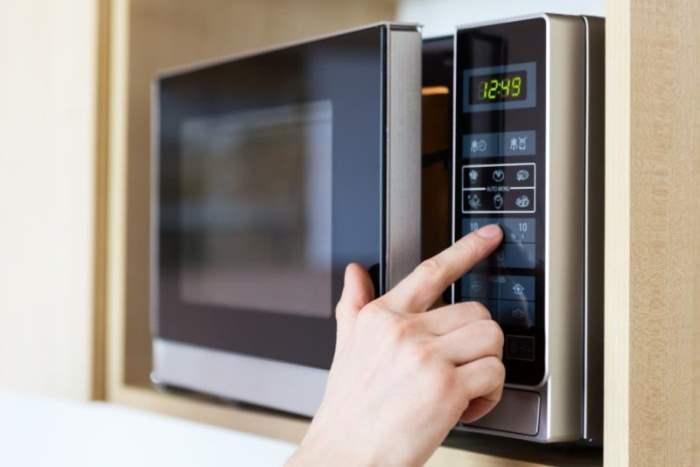 Микроволновка – обязательный элемент каждой кухни