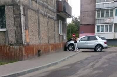 В Калининграде внедорожник въехал в стену жилого дома
