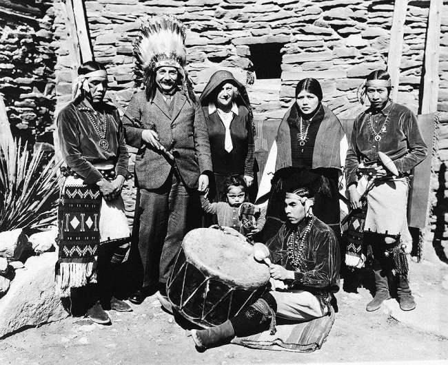 Альберт Эйнштейн и его жена Эльза среди племени хопи, Гранд-Каньон, США, 1931.