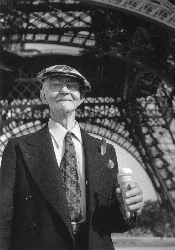 Турист держит мороженое у Эйфелевой башни, 1950.