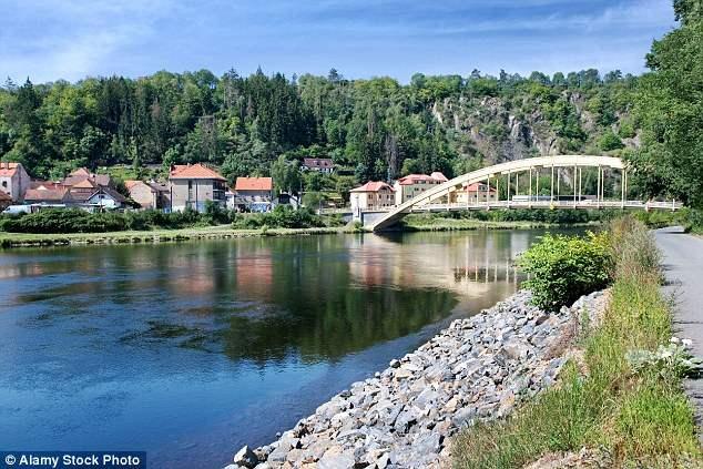 Охотники искали сокровища в течение 30 лет и в настоящее время копаются в Štěchovice (на фото)