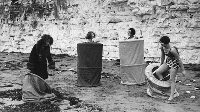 Девушки переодеваются на пляже. 1929 год.