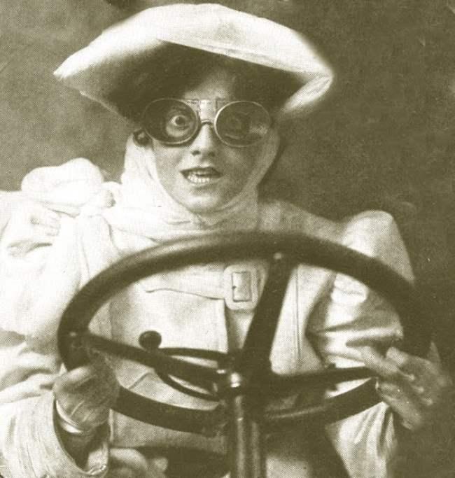 Женщина за рулем автомобиля, 1900-е гг.