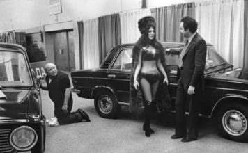 Модель в бикини представляет LADA на автосалоне в Нью-Йорке, 1973.