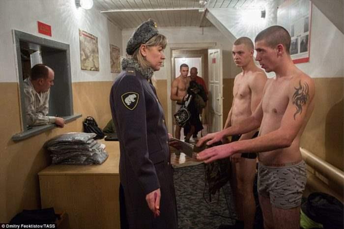 офицеры трахнули жену солдата срочника в казарме видео