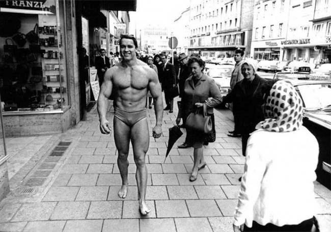 Арнольд Шварценеггер ходит в Мюнхене в плавках, содействуя привлечению людей в тренажерный зал. Ноябрь 1967.