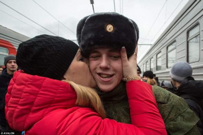 Призывника из Омска целует мама