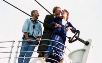 Согласитесь - этот известный момент, кажется, не так романтичен с Джеймсом Кэмероном, который стоит рядом.