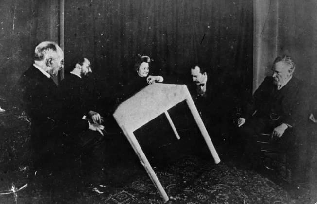 Спиритический сеанс в 1900 году.