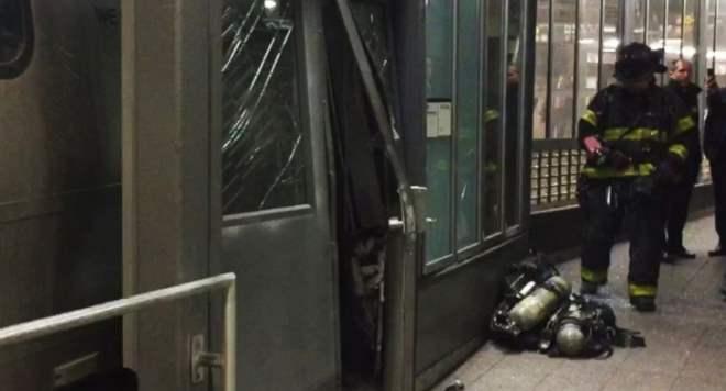 В Нью-Йорке произошла авария в метро (3 фото и видео)