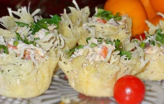 Prazdnichnyiy-salat-v-syirnoy-korzinke