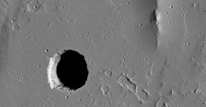 Дыра на Марсе