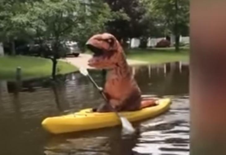 Тиранозавр на каяке
