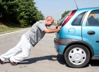Толкает машину