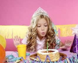 Ребенок задувает свечи
