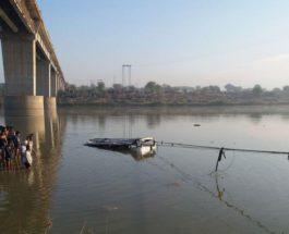 Автобус упал в реку