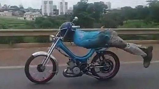 лежа на мотоцикле