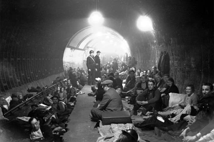 Жители Лондона прячутся в метро немецкими бомбардировками. 1940