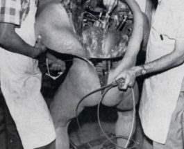 Сотрудники Walt Disney готовят робота для выставки. 1964.