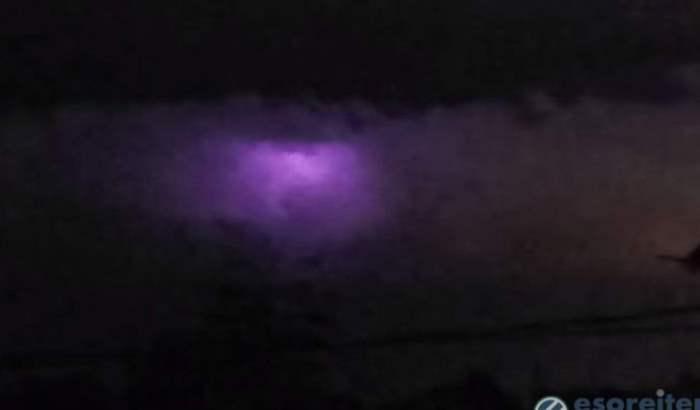 фиолетовое свечение в небе над Филиппинами