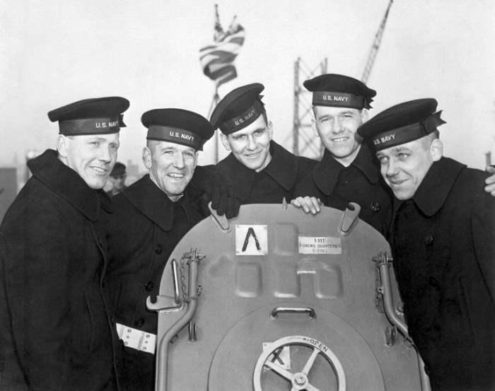 Пять братьев Салливан на борту USS Джуно.