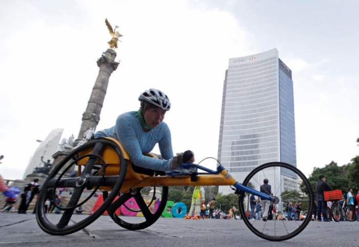Женщина в инвалидной коляске