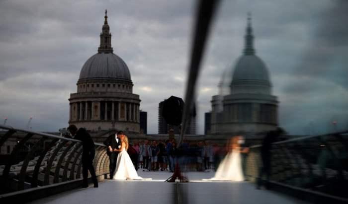на мосте Тысячелетия в Лондоне