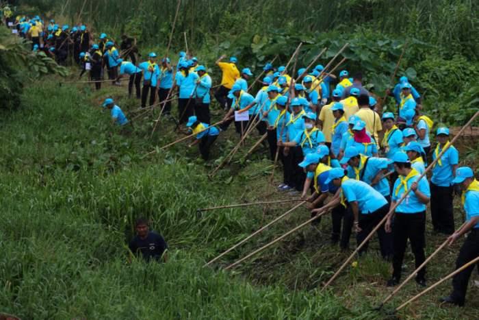 Волонтеры чистят канал в Бангкоке