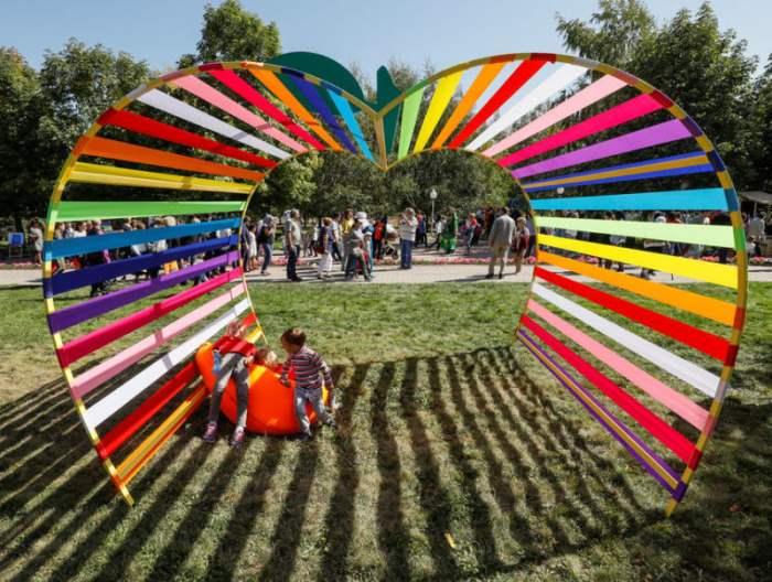 Дети играют на фестивале Apple в Алматы.