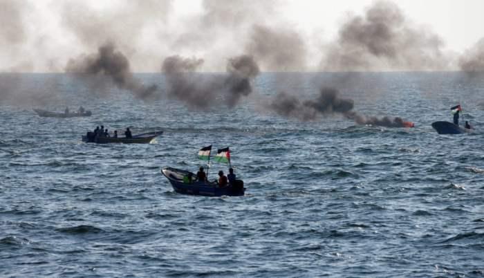 Палестинцы плывут по Средиземному морю