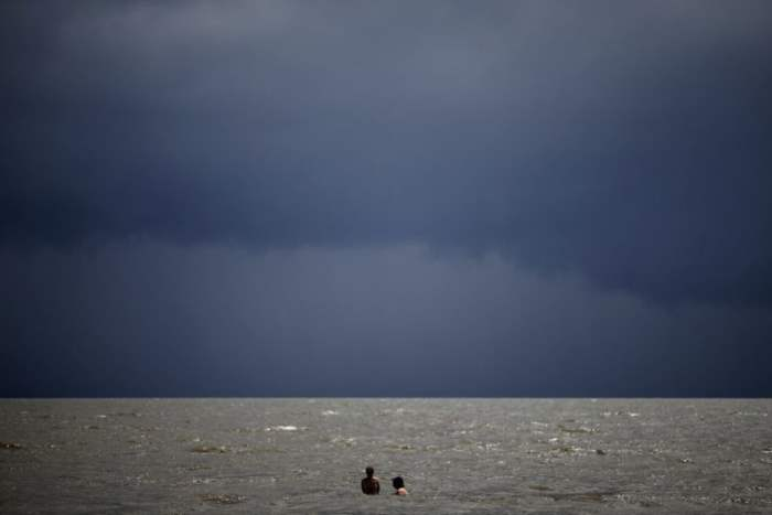 Пара плавает в океане