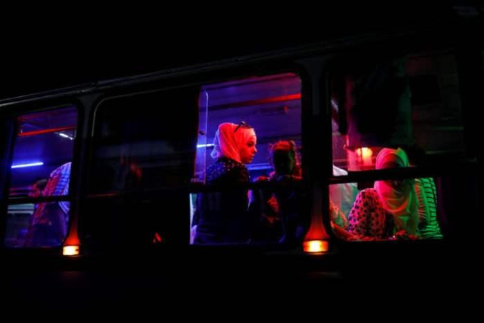 Пассажиры в городском автобусе