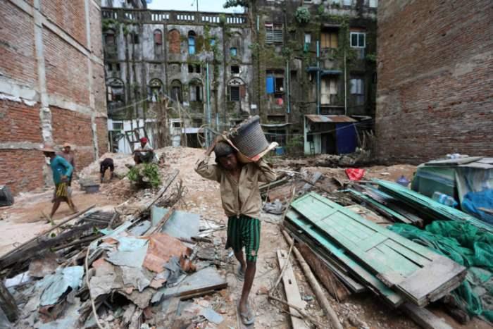 Рабочие убирались после разрушения здания