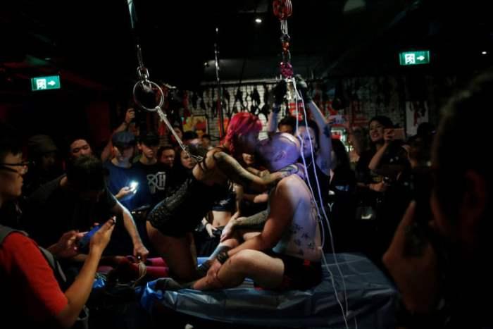 Развлечения в баре в Шанхае, Китай.