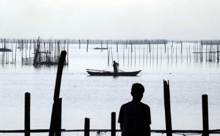 Рыбаки фиксируют свои сети